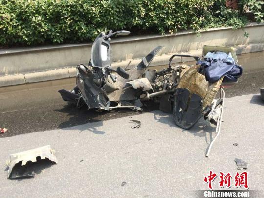 图为摩托车被炸严重损毁。 余祥 摄
