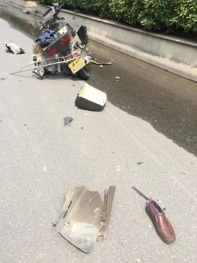 被炸坏的摩托车和现场遗留的皮鞋。晓芳 摄