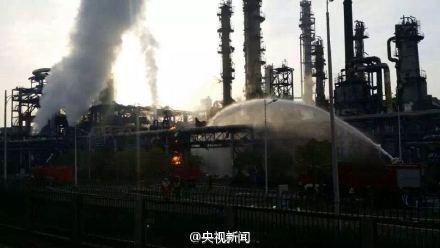 人民网北京4月21日电据中央电视台新闻中心民间微博消息,今晨6时,江苏扬子石化乙烯厂一乙烯储罐发生爆炸。消防部门示意,目前管道内气体已关闭,残余气体正稳固燃烧,暂无危险。值班工作人员称,当时听到渺小声音,距离现场3公里处能感觉到窗户玻璃显著震动。事变造成1人骨折轻伤,已被及时送医。